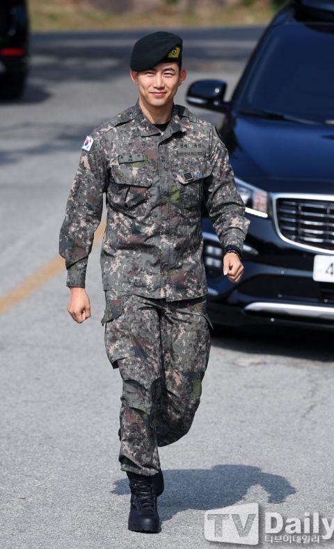 【多图】2PM玉泽演今日退伍,队友黄灿盛到场迎接!更表示:「我会努力以好作品和大家见面的!」 - KSD 韩星网 -116699-734965