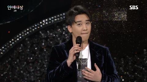 胜利《SBS演艺大赏》SOLO舞台超精彩:坐徐章煇大腿、紧贴李升基的脸~!