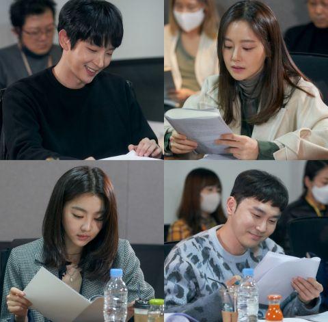 继《犯罪心理》后再次合作!李准基、文彩元主演tvN新剧《恶之花》剧本阅读照公开,预计7月首播!