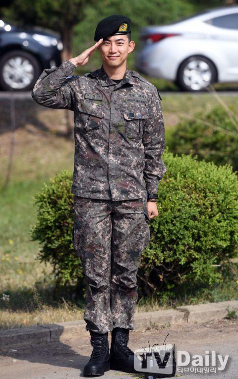 【多图】2PM玉泽演今日退伍,队友黄灿盛到场迎接!更表示:「我会努力以好作品和大家见面的!」 - KSD 韩星网 -116699-734973
