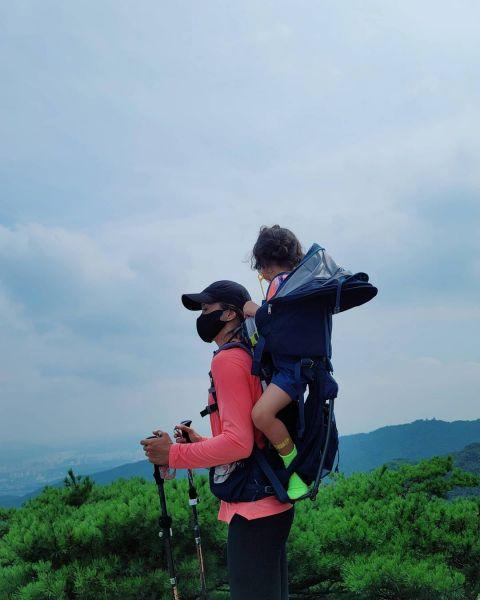 李施昤背著15kg儿子阔步登山!曾在《Sweet Home》展现惊人背脊肌肉,堪称演艺界无人能及的大力女子
