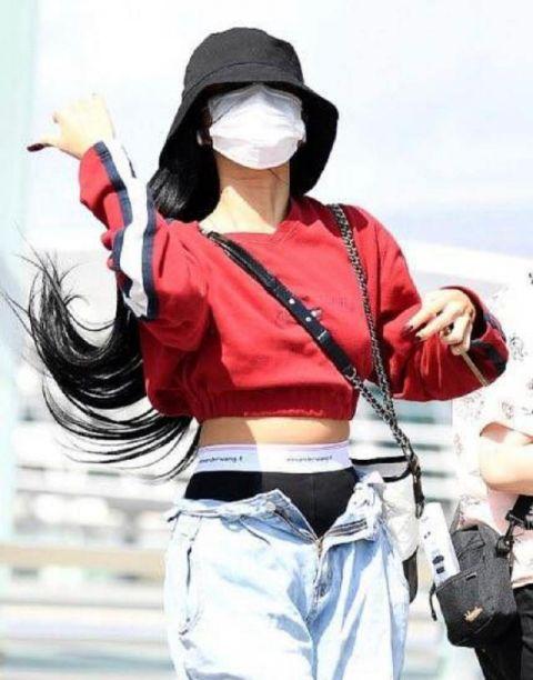 MAMAMOO华莎的机场时尚又上热搜:吊带+大衣!网民问:不冷吗?