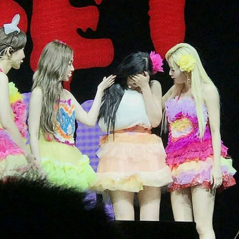 Red Velvet Joy演唱会途中右肩缠纱布道歉~掩面痛哭太让人心疼了