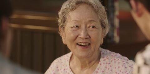 【有片】帅爆了~《海岸村恰恰恰》《鱿鱼游戏》80岁奶奶金英玉化身「HipHop老太太」,最新广告展现惊人swag魅力!