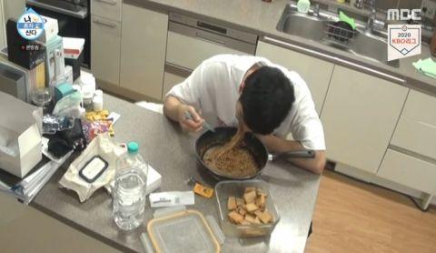 成勋在《我独自生活》中「炸酱泡面」的吃法也引发话题!做法很简单,有兴趣的朋友可以试试啦!