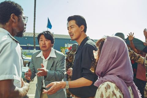喜欢《D.P:逃兵追缉令》的你,也别错过电影《逃出摩加迪休》中的具教焕!为戏狂练北韩语