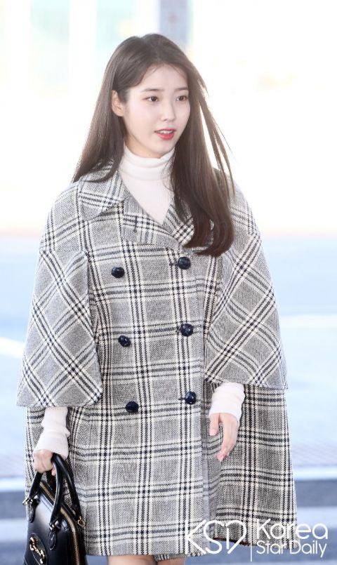 IU出国机场照!前往米兰参加时装秀,格纹大衣更显娇小复古~