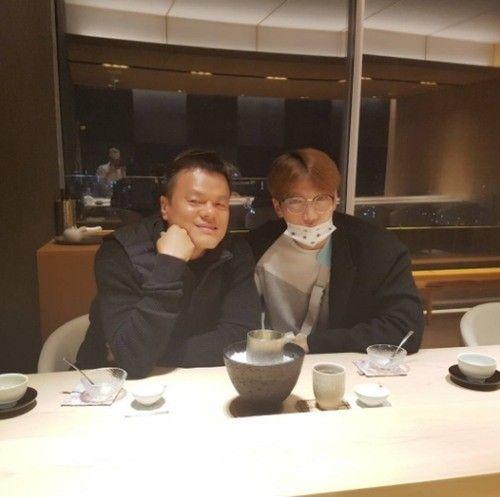 朴轸泳(左)与 Jun. K 一起吃饭