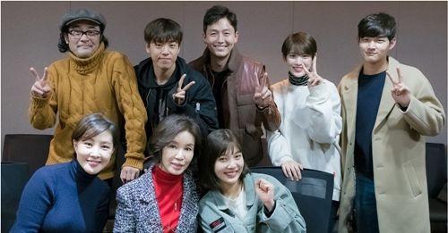 李玹雨、Red Velvet Joy主演tvN新剧《她爱上了我的谎》读剧本照曝光