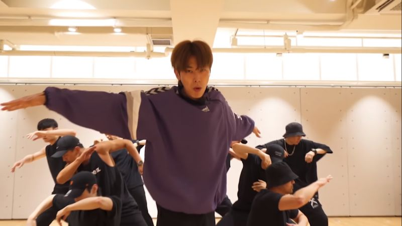 东方神起允浩SOLO主打歌《Follow》练习室舞蹈影片,大展舞王风范!