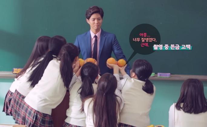朴寶劍變身為帥氣老師拍廣告 台下女學生本色出演趁亂告白啦