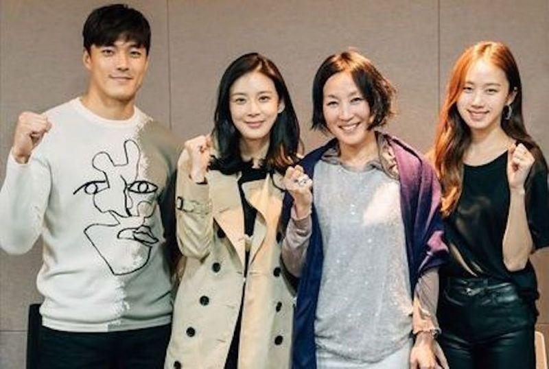 李宝英主演tvN水木新剧《Mother》读剧本现场公开 明年1月首播