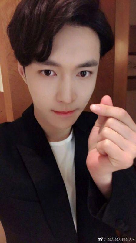 EXO LAY上传练舞片 与世勋同款引好奇