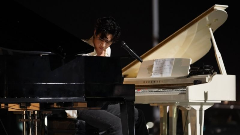 【有片】太有魅力的舞台!Henry双钢琴弹奏《Faded》,粉丝:他会的才艺不是「一点点是亿点点」♥