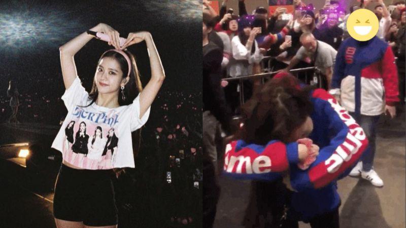 看到粉丝举著「Can I Hug You」的纸条!BLCAKPINK Jisoo的反应让网友赞:「太可爱了!」