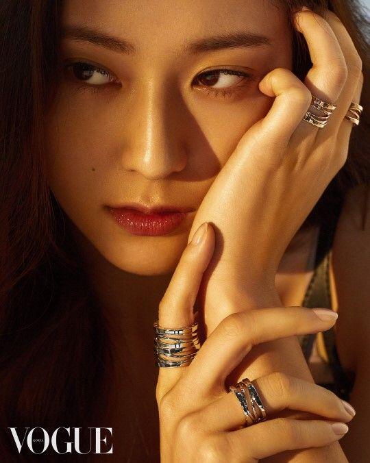 Krystal 登〈VOGUE〉 独特气质耀眼夺目
