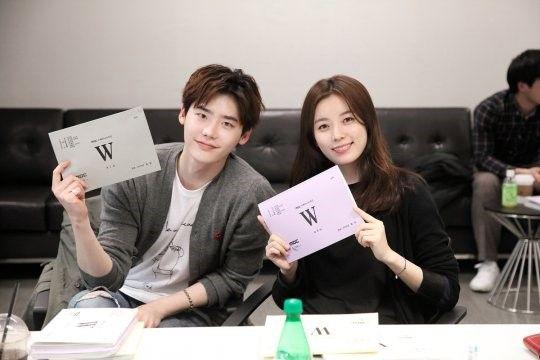 李鐘碩、韓孝周MBC新劇《W》讀劇本照公開