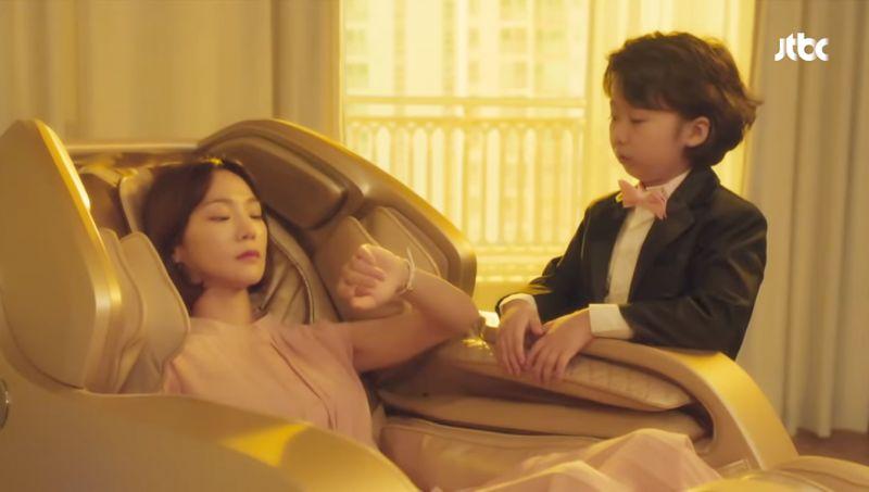 韩剧《浪漫的体质》置入按摩椅,导演&编剧趁机表达心中的无奈?XD