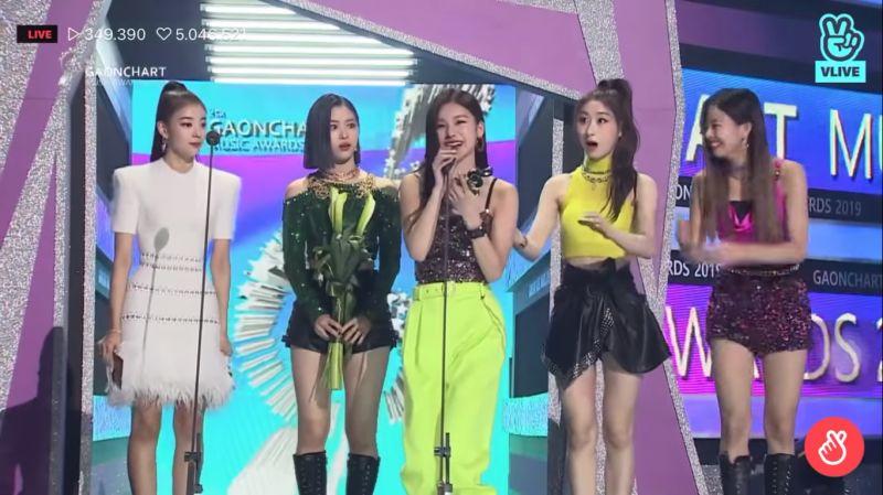 ITZY 禮志講錯Gaon頒獎典禮的名稱,後排成員們反應超可愛!