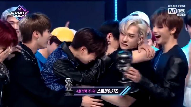 男團 Stray Kids 奪下出道後首個一位!第一時間成員們在台上相擁痛哭~