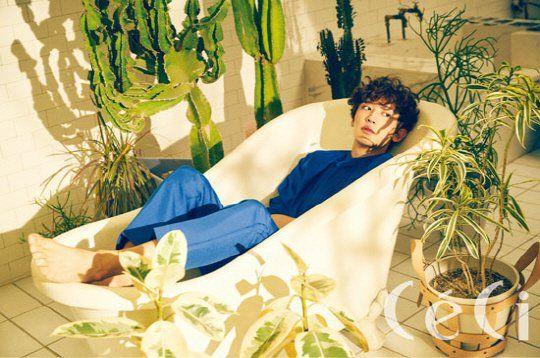 灿烈新写真躺浴缸 表情很无辜