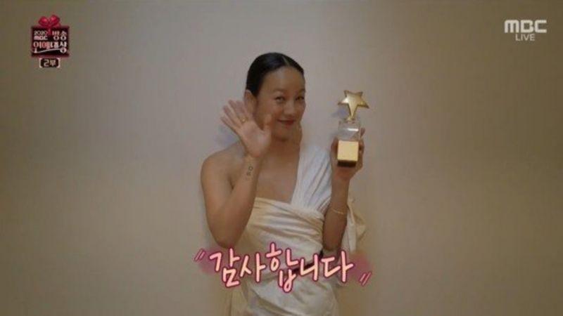 【2020 MBC演藝大賞】李孝利穿了完全就是高貴的氣場!其實這只是一床被子而已XD
