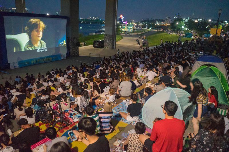 韩国玩乐新体验:夏夜在汉江边吃鸡啤看电影!