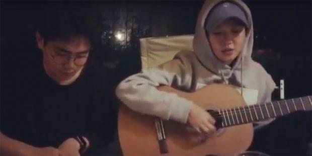 金高恩自彈自唱帶來歌手IU的《昭格洞》 展現不凡歌唱實力