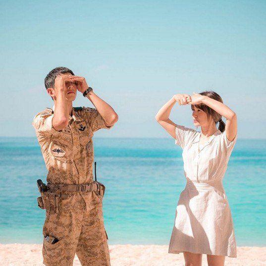 《太陽的後裔》宋仲基宋慧喬海邊片場照 畫面超美