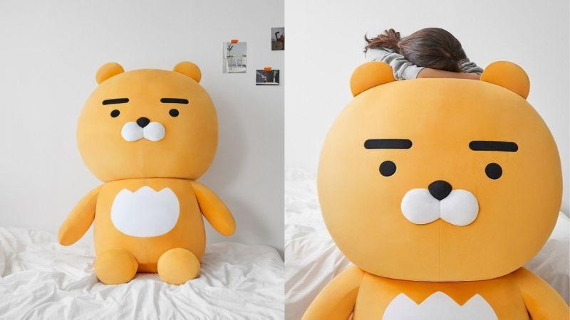这个太疗愈了!Kakao Friends推出了150公分Ryan超大玩偶,几乎可以占满整个床啊 XD