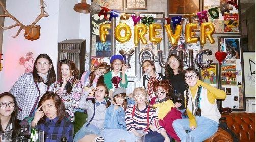 少女时代为成员秀英开复古生日Party 度过愉快的一天