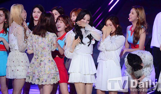 女團Lovelyz出道後首次奪得冠軍一位 成員相擁落淚啊~!