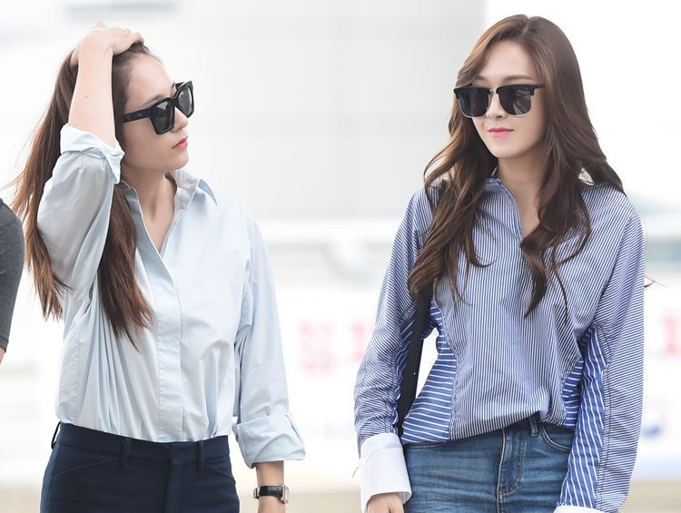 鄭姊妹連袂出國 Jessica、Krystal化機場為伸展台