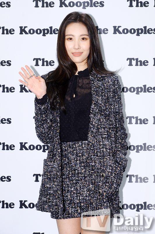 【OUTFIT】Wonder Girls宣美亮相品牌活動:西裝搭蕾絲