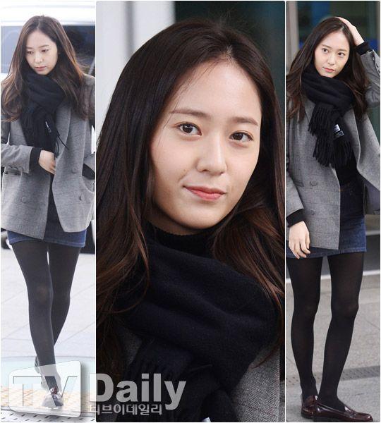 【机场时尚】Krystal低调穿搭现身机场 这样围围巾脸小一圈