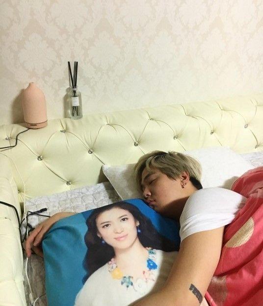 FTISLAND李洪基抱著宋慧乔枕头的睡眠认证照