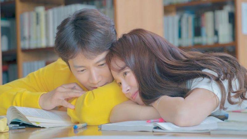 《認識的妻子》池晟&韓志旼熱戀情的甜蜜劇照公開,老婆寶英在看啊~!
