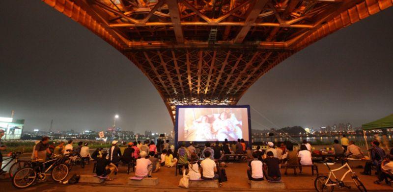 漢江橋下電影節要來啦! 夏夜席地而坐、看露天電影,這麼浪漫真的不來嗎?
