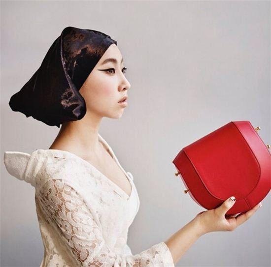 孔敏智变身史嘉蕾乔韩森         以名牌包代替苹果