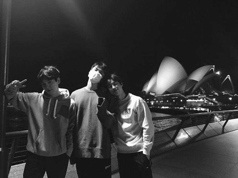 EXO裡的「SBS」!伯賢與粉絲們分享在雪梨歌劇院前的合照