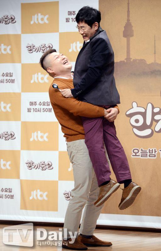 《請給一頓飯Show》發佈會:23年首合作姜虎東激動舉起李京奎