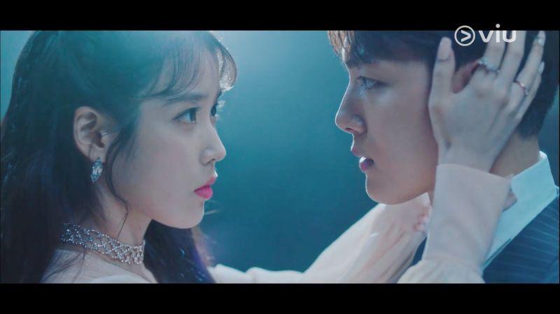 昨晚播出的tvN《德鲁纳酒店》第四集,霸气社长IU用「嘴唇」保护吕珍九!