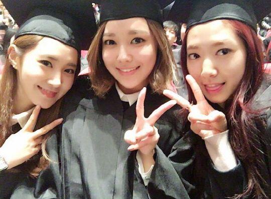 畢業啦!少時俞利分享與秀英、朴信惠學士服合照