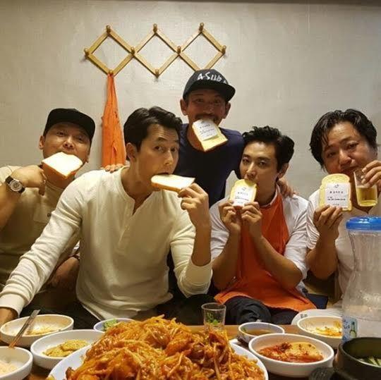 《阿修羅》主演聚餐搞怪合照:「我們是bread brothers」