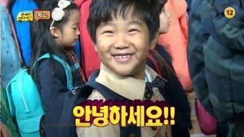 《爸爸!我们去哪儿?》四次元少年俊秀太爱这个Hello Kitty笔袋了~用了7年还在用!