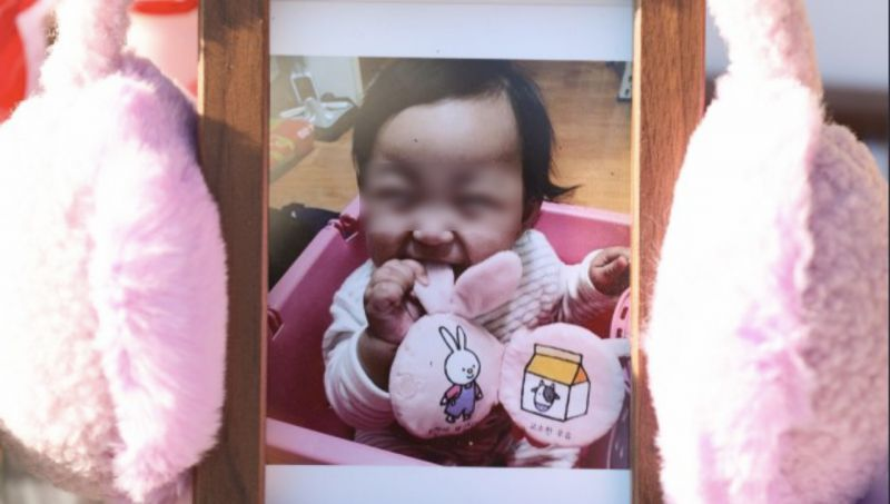 16月大女嬰遭惡魔養父母虐待致死引全民憤怒:全身找不到完好器官!BTS JIMIN也發聲:鄭仁啊,對不起