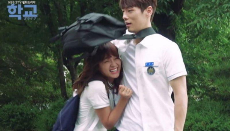 【有片】高冷金正鉉實際是個貼心大暖男!連給女生遮雨都是霸道總裁style♥
