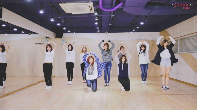 想学招牌动作就不能错过TWICE新歌《SIGNAL》舞蹈练习室版本~!