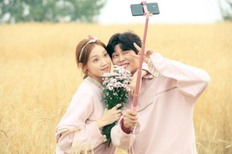 李聖經&尹鈞相驚喜出演《當你沉睡時》 粉紅情侶裝也太搶戲!