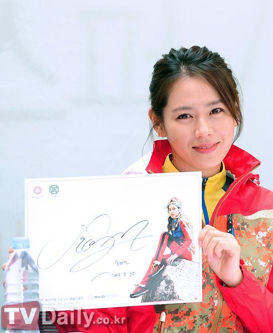 孫藝珍舉辦簽名會 馬尾辮運動衫顯清新